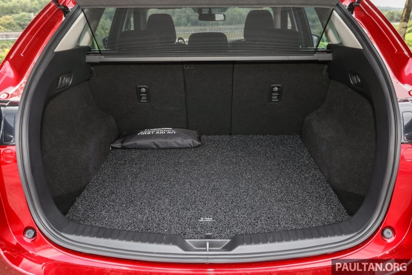图集:Mazda CX-5 2.0 GL SkyActiv-G 2WD 与 2.2 GLS SkyActiv-D AWD, 两组实车照, 让你对比两个版本的差异。 Image #52422