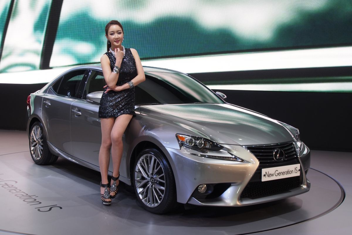 Seoul 2013: Lexus IS 250 live in the metal