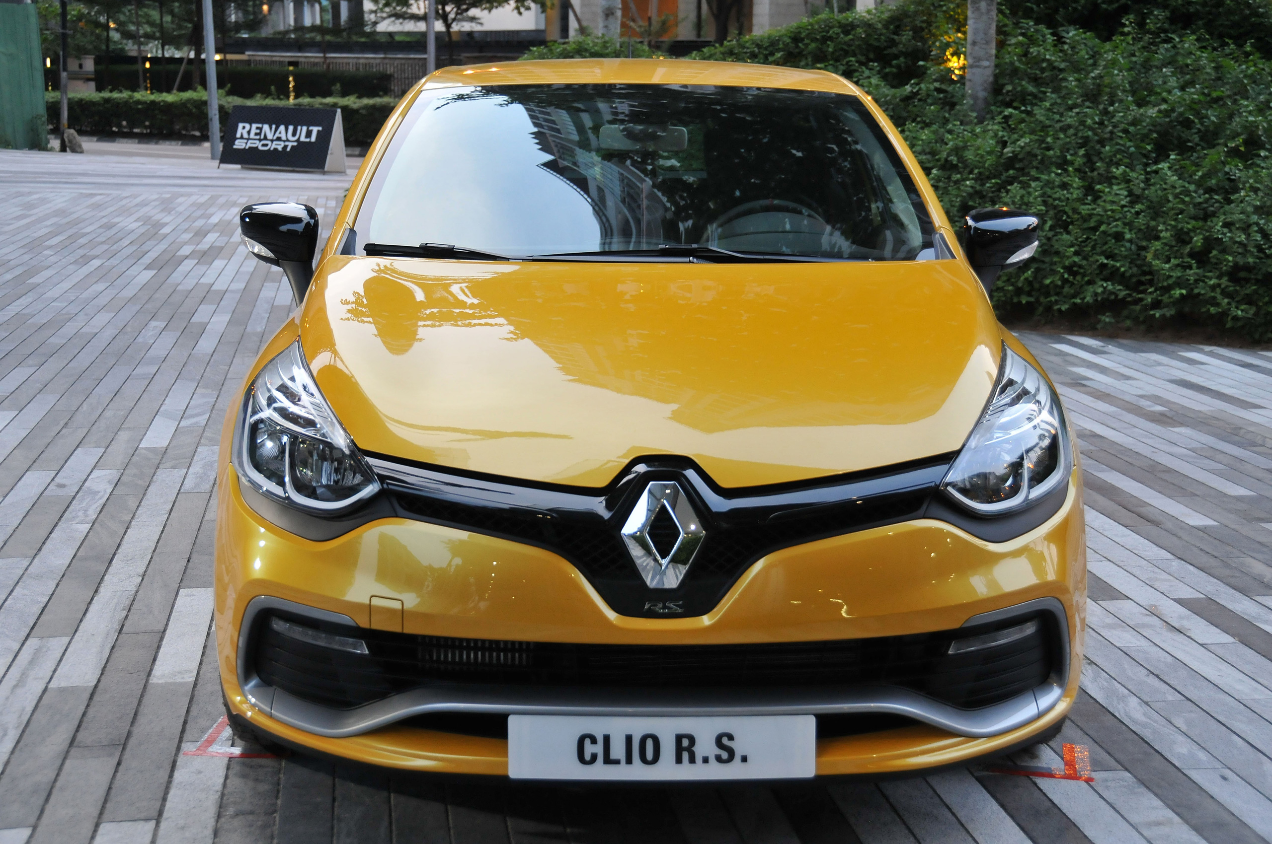 new renault clio rs 200 edc unveiled in malaysia. Black Bedroom Furniture Sets. Home Design Ideas