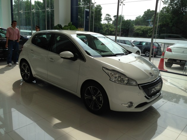 peugeot 208 on display specs unveiled via brochures. Black Bedroom Furniture Sets. Home Design Ideas