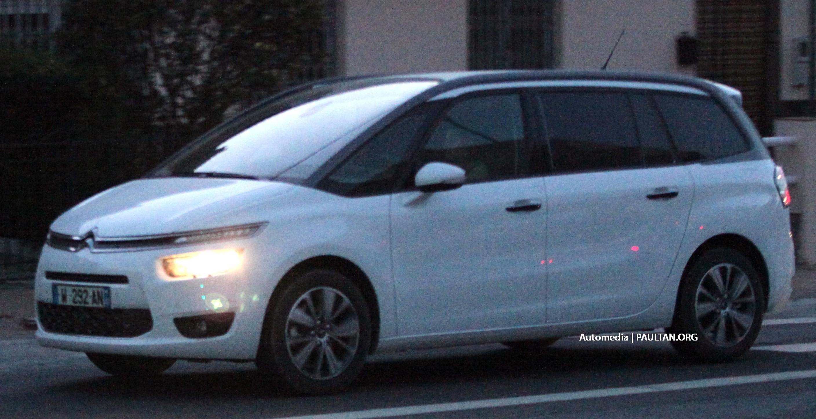 spyshots 2014 citroen grand c4 picasso in europe image 182364. Black Bedroom Furniture Sets. Home Design Ideas