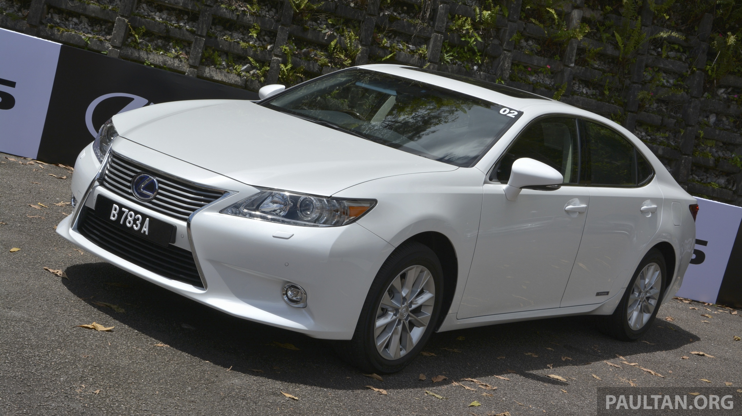 driven 2013 lexus es 250 and 300h sampled image 219444