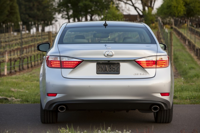Lexus ES sheds dowdy image, follows the GS' lead Image #122466