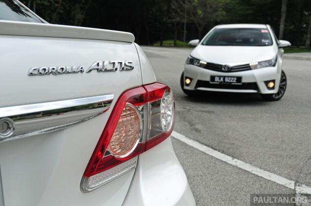 Old_new_2014_Toyota_Corolla_Altis_compared_ 012