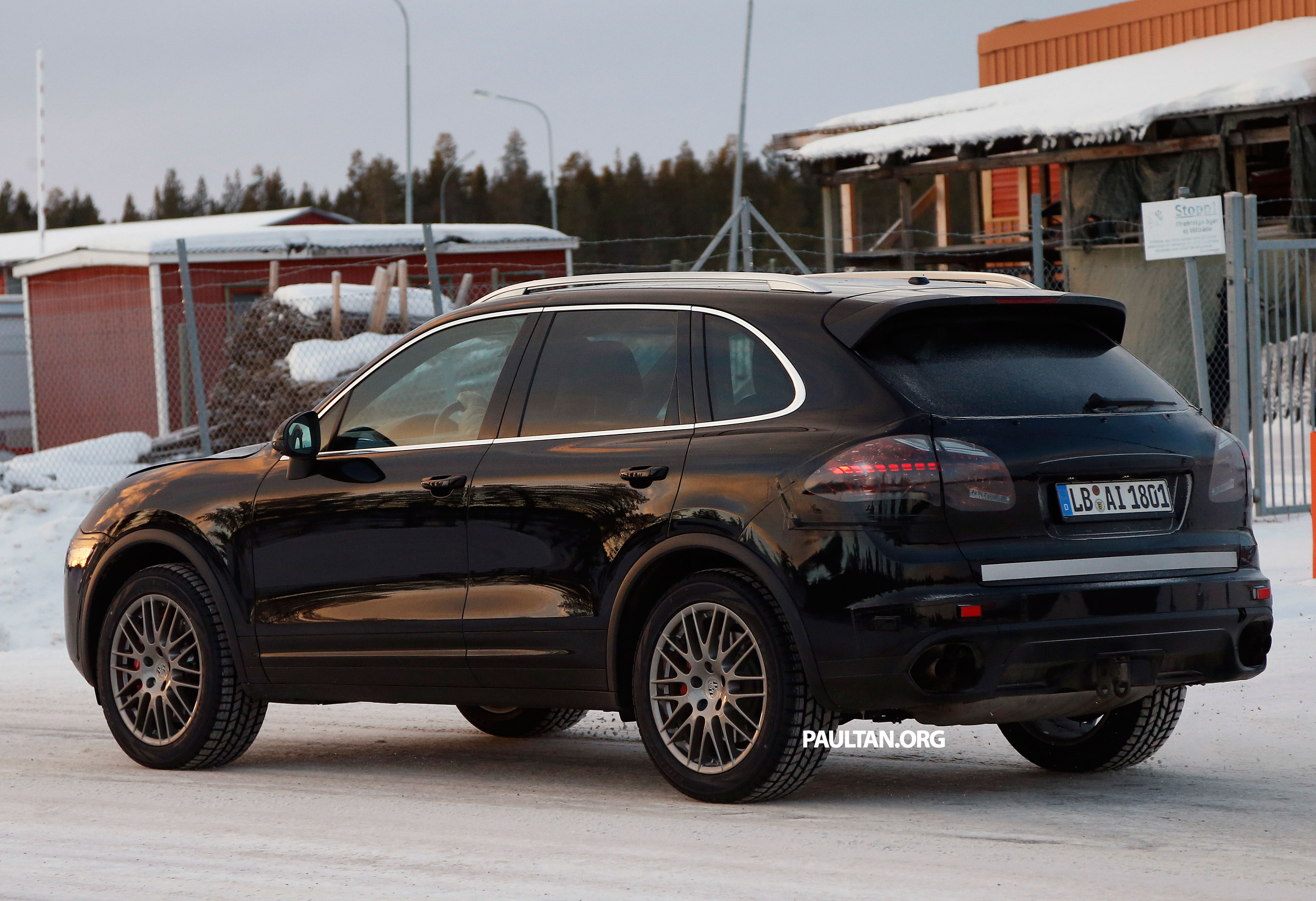 spyshots porsche cayenne facelift sighted on test image 220039. Black Bedroom Furniture Sets. Home Design Ideas