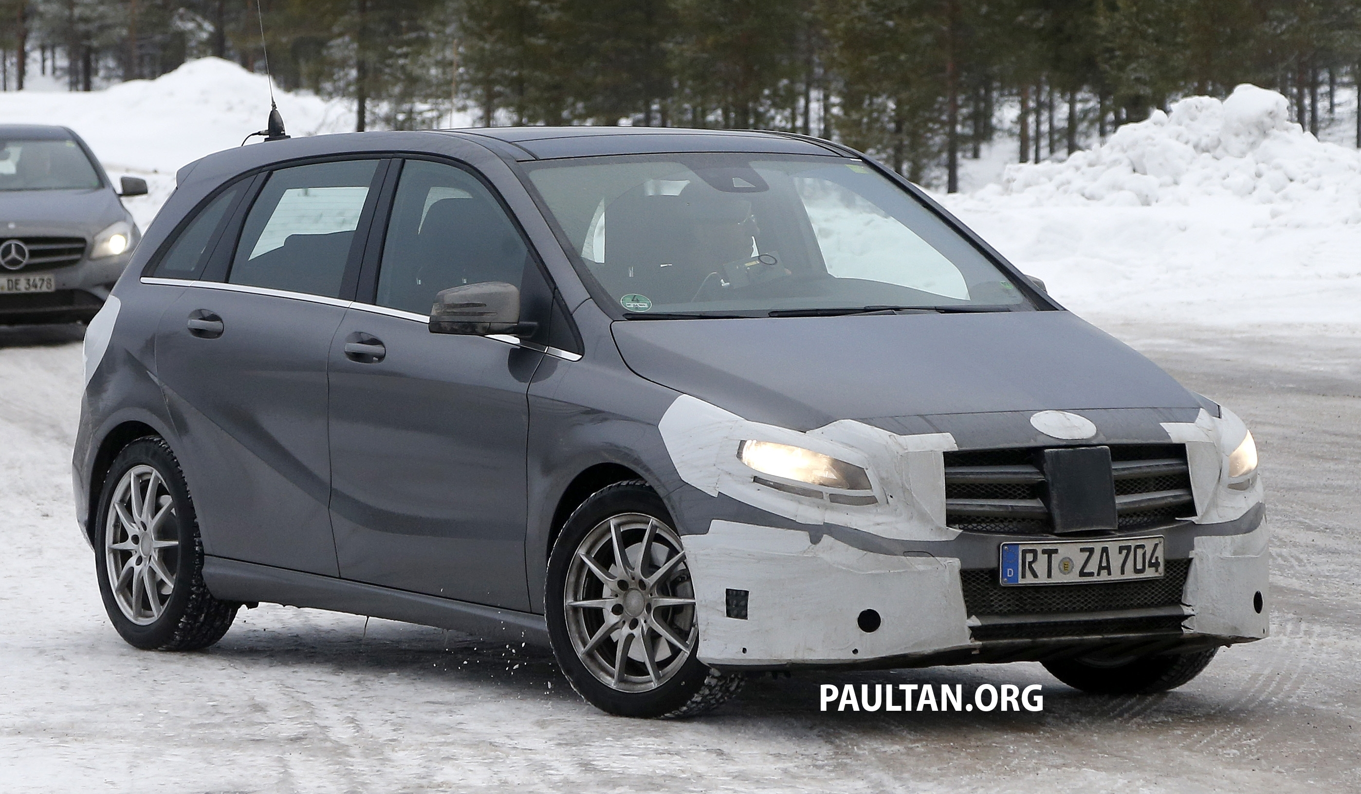 Spied mercedes benz b class facelift in the snow for Mercedes benz b class