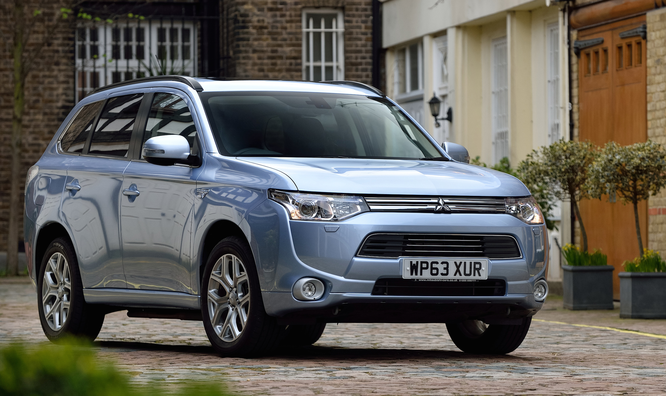 mitsubishi outlander phev finally arrives in the uk. Black Bedroom Furniture Sets. Home Design Ideas