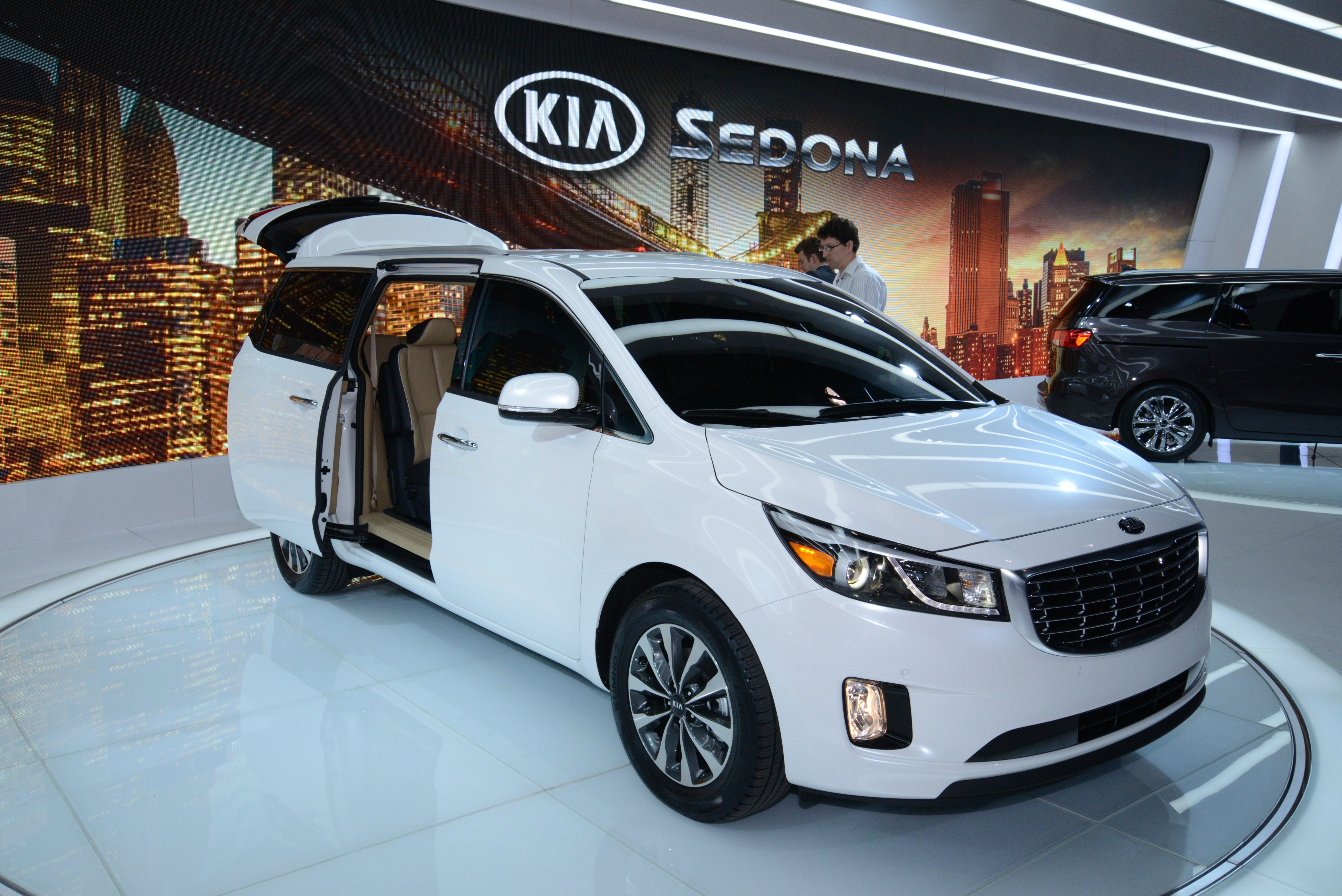 2015 kia carnival sedona breaks cover in new york image 243043. Black Bedroom Furniture Sets. Home Design Ideas