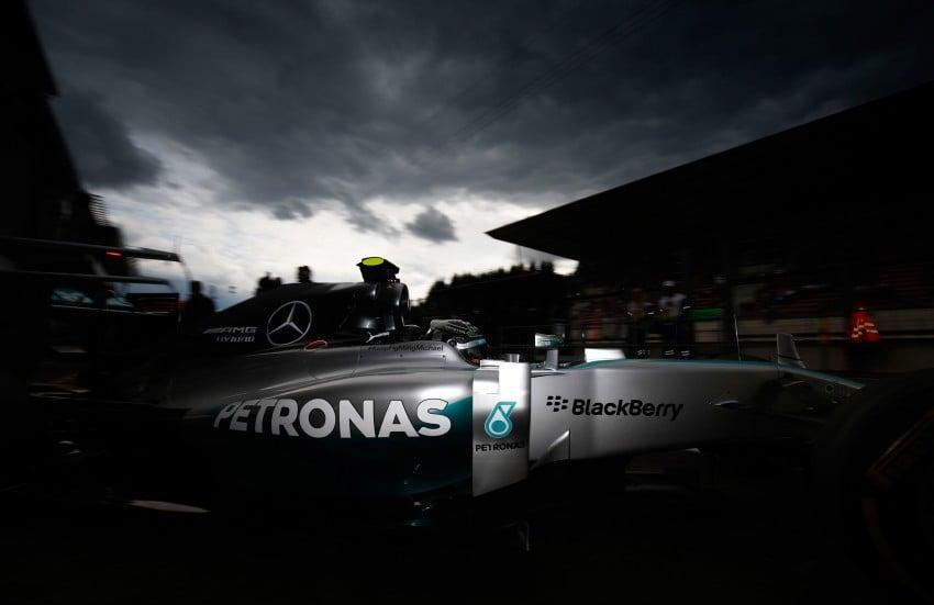 Rosberg intentionally crashed into me, says Hamilton Image #265562