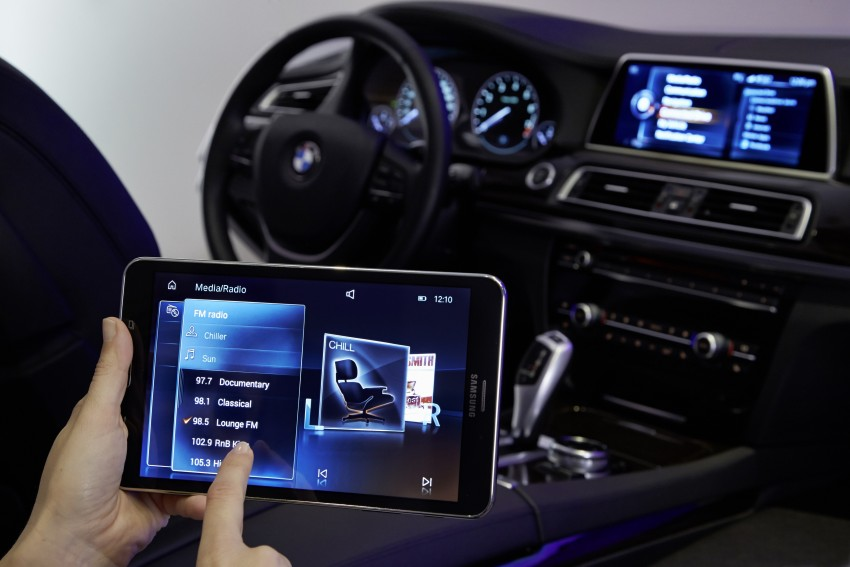 CES 2015: BMW demonstrates future iDrive with touchscreen, gesture and tablet control Image #300374