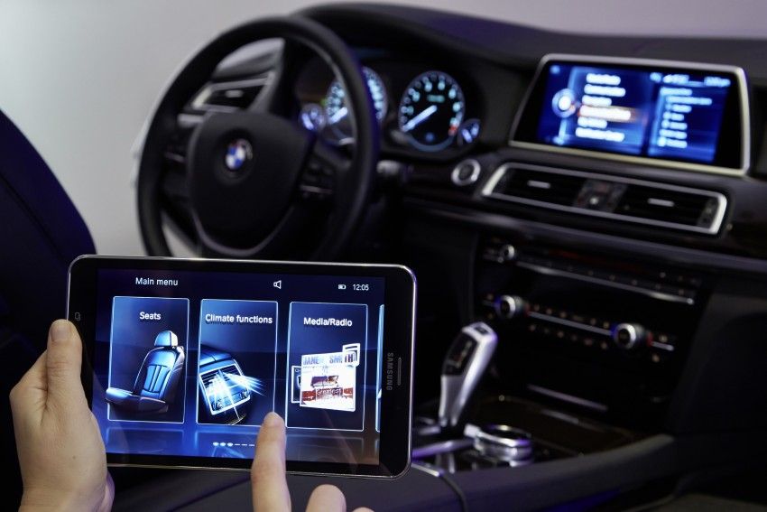 CES 2015: BMW demonstrates future iDrive with touchscreen, gesture and tablet control Image #300381