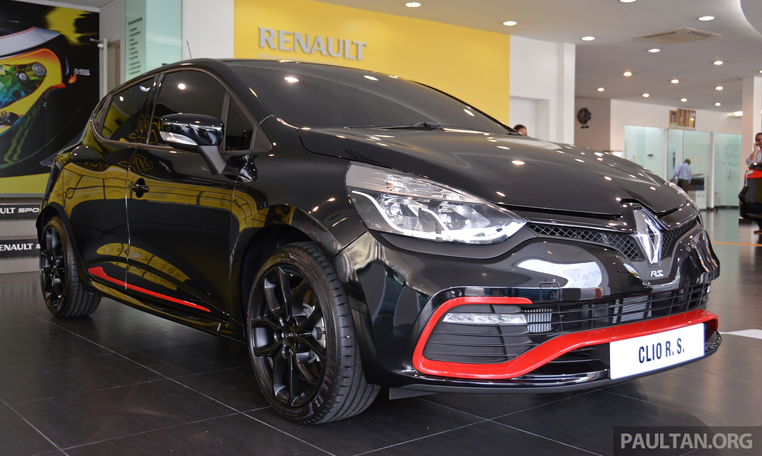 renault clio rs 200 gets a new red pack option paul tan image 318066. Black Bedroom Furniture Sets. Home Design Ideas
