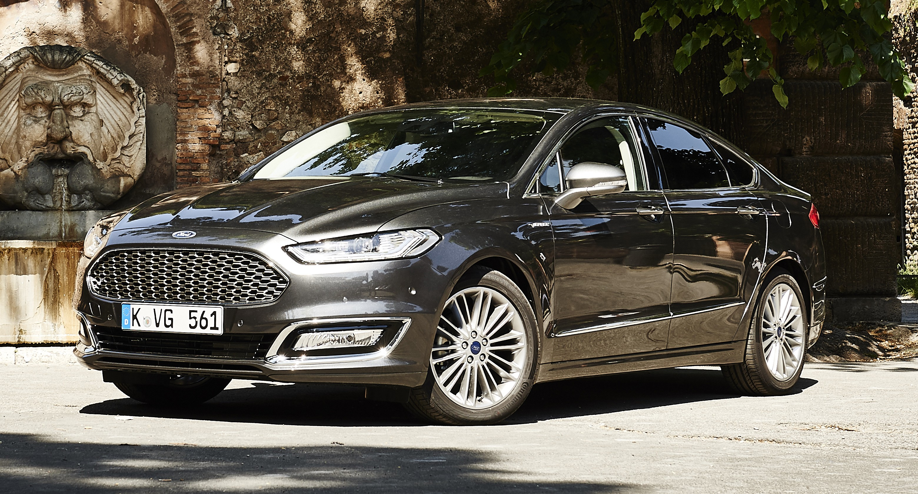 ford mondeo vignale to debut in europe 200 flagship fordstores to open vignale lounge to be. Black Bedroom Furniture Sets. Home Design Ideas