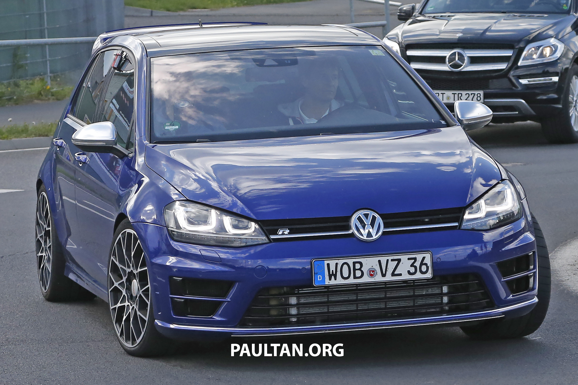 spied volkswagen golf r 400 caught at the 39 ring. Black Bedroom Furniture Sets. Home Design Ideas