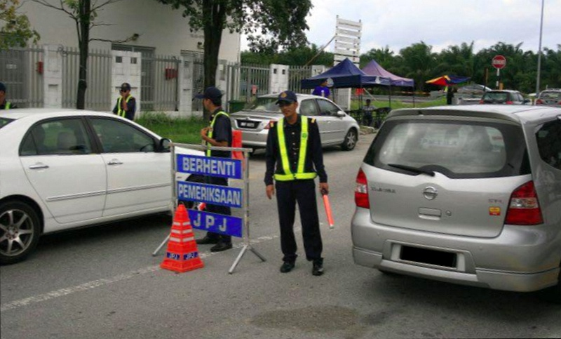 <em>Ops Warga Asing</em> sees 152 summonses issued to foreigners, 3 cars seized in hour-long operation Image #338698