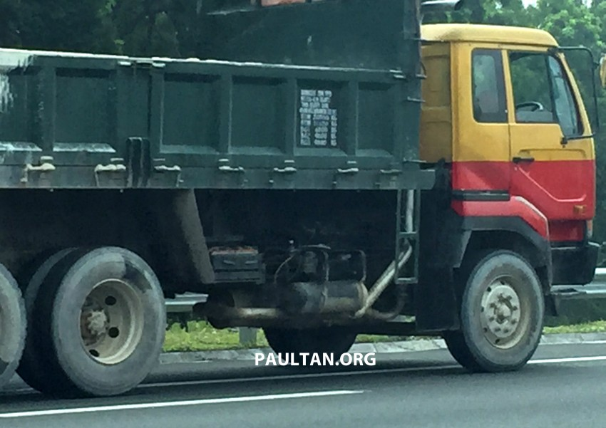 VIDEO: Lorry drops driveshaft, hits car on the NKVE – drivers, always keep a safe distance to vehicles ahead Image #349407