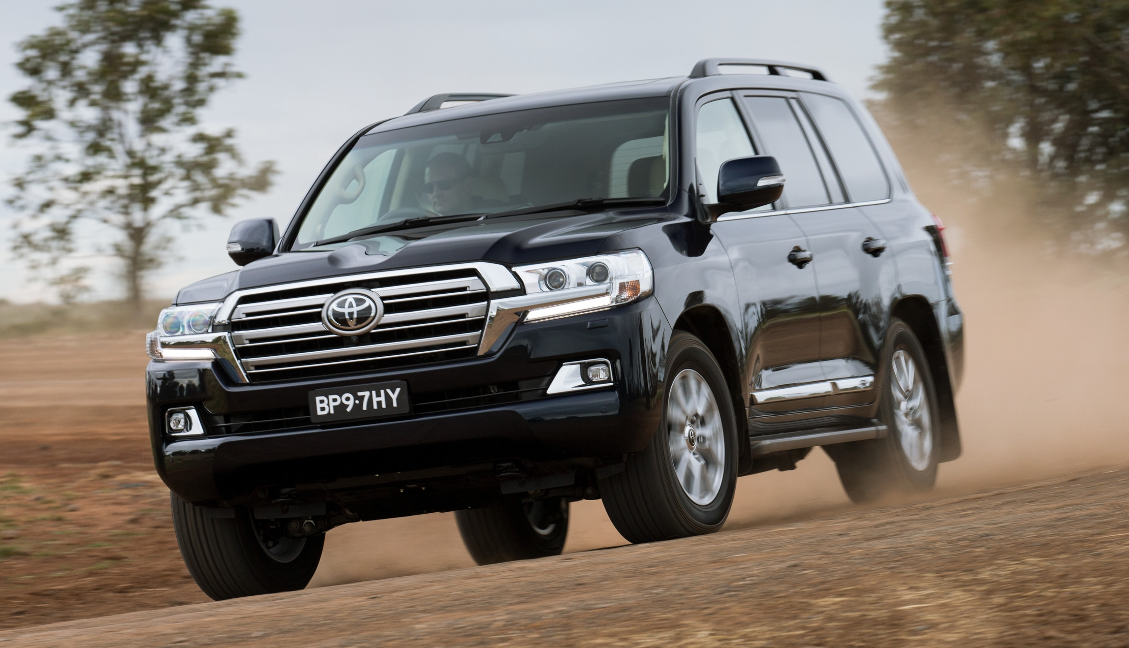 2016 toyota land cruiser the j200 facelift debuts. Black Bedroom Furniture Sets. Home Design Ideas