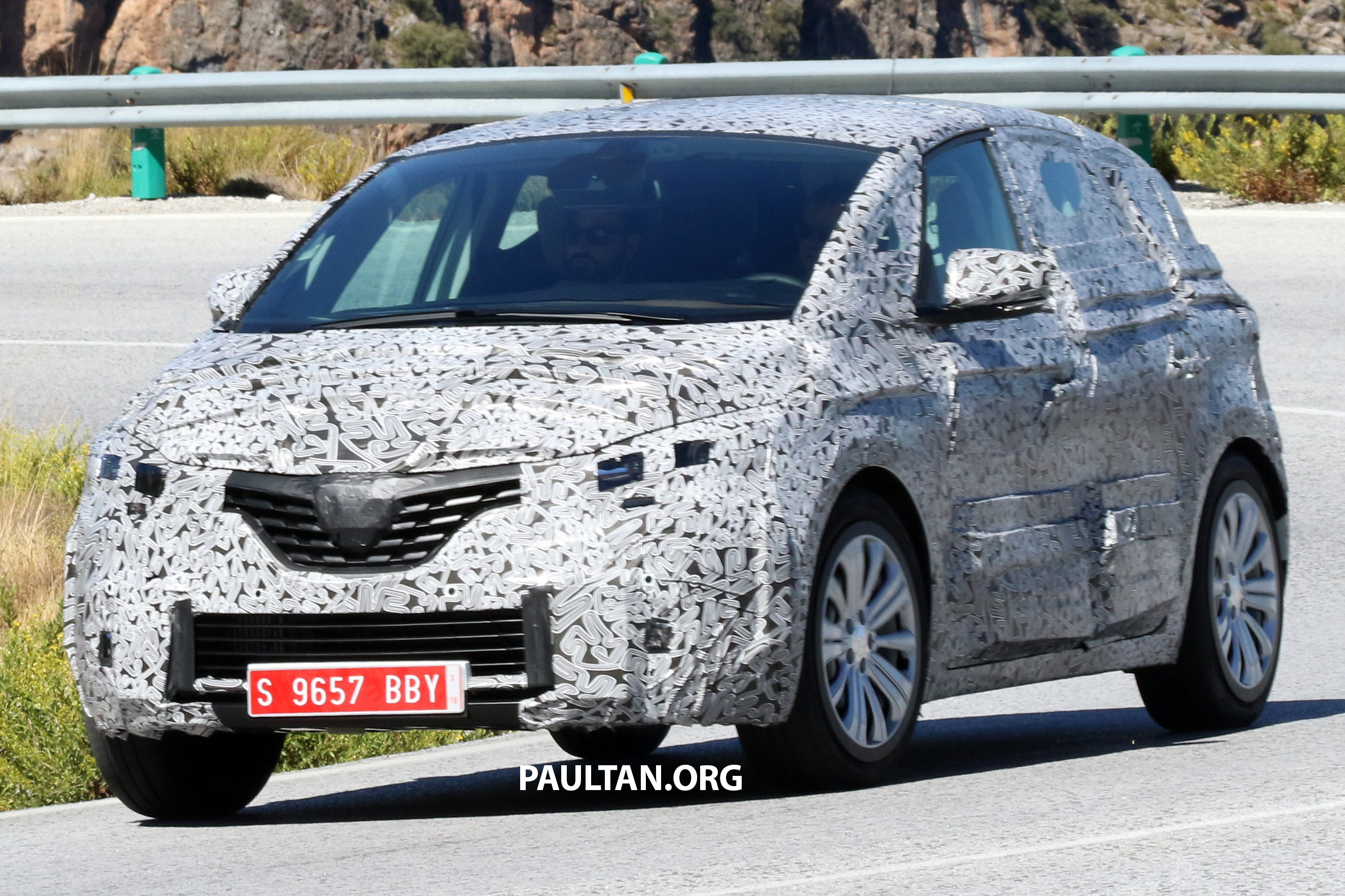 spied 2016 renault scenic with heavy camouflage. Black Bedroom Furniture Sets. Home Design Ideas