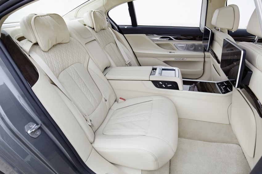 Battle of the lounge seats: W222 Mercedes-Benz S-Class and G11 BMW 7-Series rear seats compared Image #386532