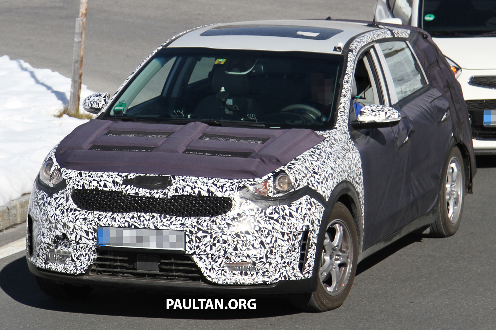spied kia niro shows its strength pulls its sibling. Black Bedroom Furniture Sets. Home Design Ideas
