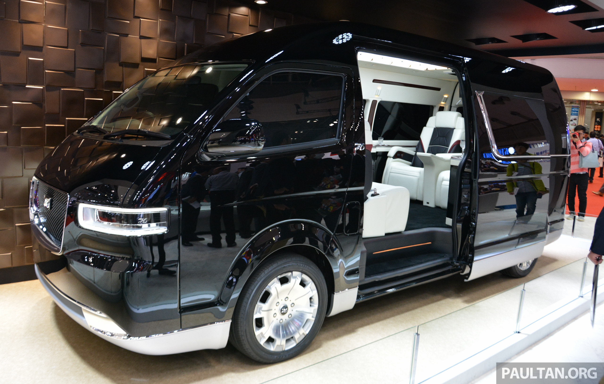 tokyo 2015 toyota hiace platinum lounge revealed. Black Bedroom Furniture Sets. Home Design Ideas