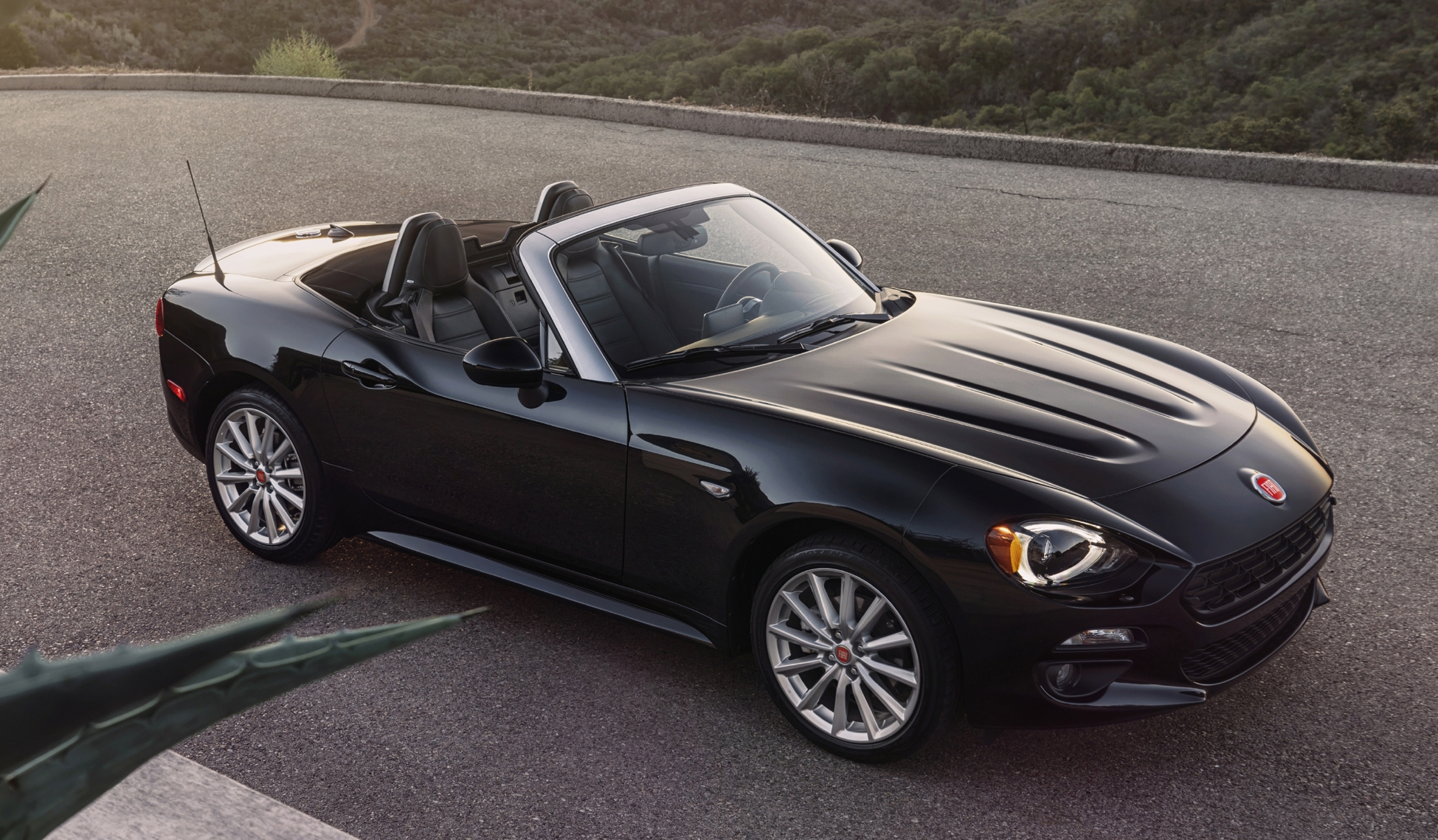 2017 fiat 124 spider mazda mx 5 gets an italian job. Black Bedroom Furniture Sets. Home Design Ideas