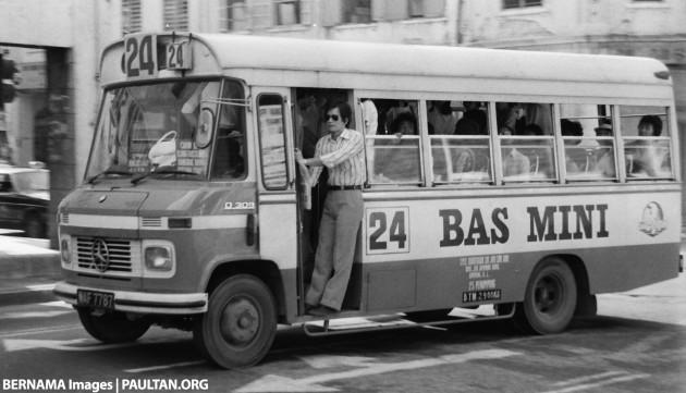 KUALA LUMPUR, 11 Januari 1983 --  Orang ramai menaiki bas mini di Lebuh Ampang di sini, hari ini. -- fotoBERNAMA HAKCIPTA TERPELIHARA.