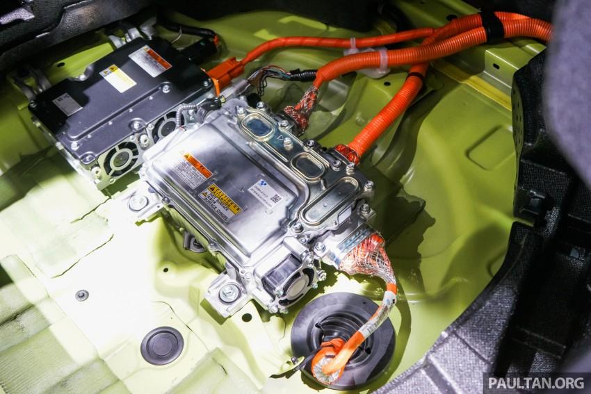 Tokyo 2015: Toyota Prius E-Four in Thermo-Tec Green Image #405523