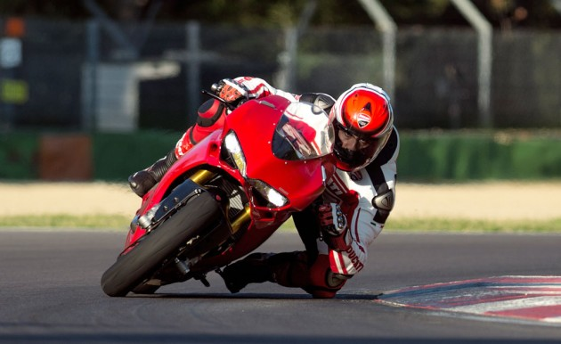 111814-2015-ducati-1299-panigale-s-action