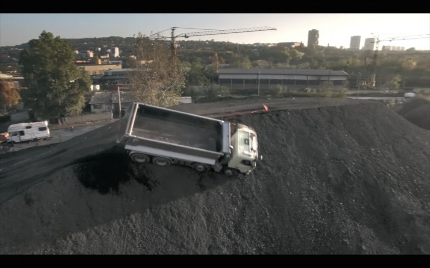 VIDEO: Volvo FMX truck vs Sophie, the four-year-old Image #416396
