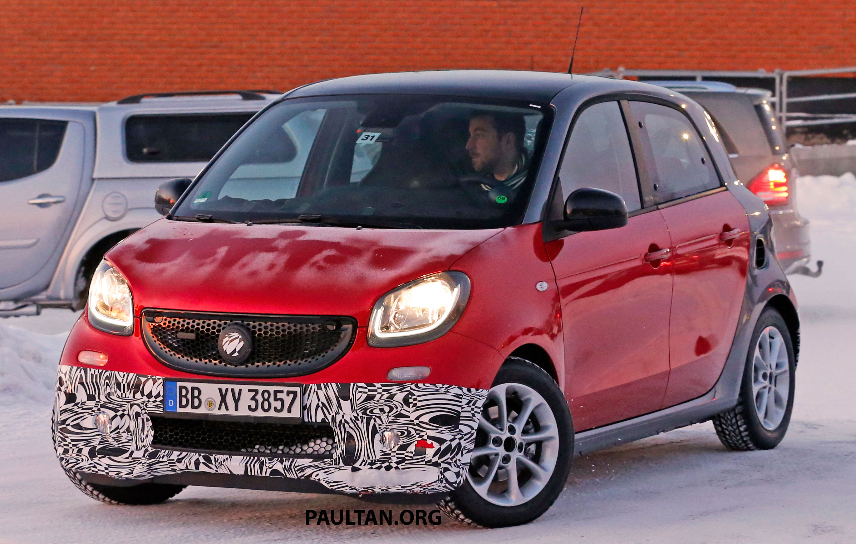 spyshots smart forfour brabus playing in the snow. Black Bedroom Furniture Sets. Home Design Ideas