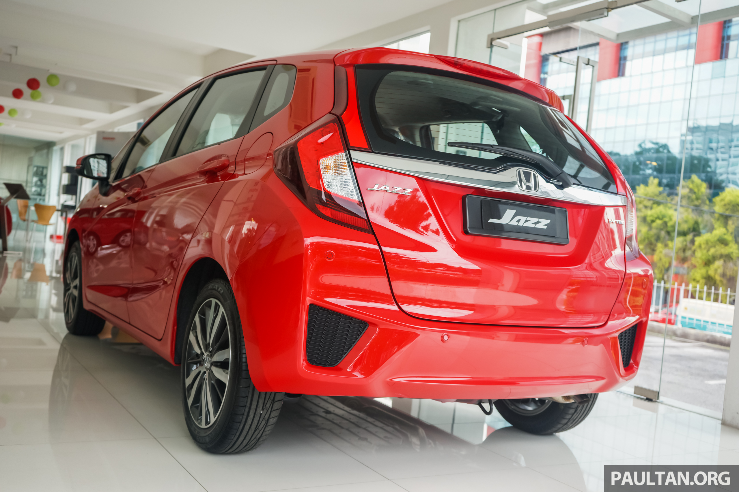 Back to Story: GALLERY: Honda Jazz in Carnival Red – live photos