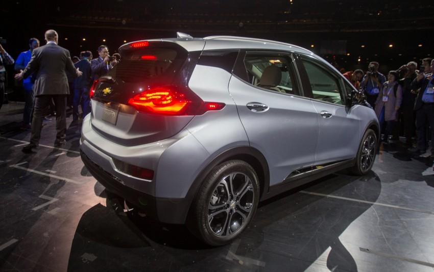 2017 Chevrolet Bolt EV debuts at CES – 320 km range Image #425727