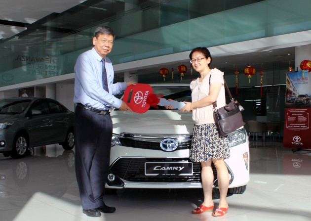 Ms. Khoo Bee Ngoh (right) received the new Toyota Camry Hybrid from Mr. Khong Man Chong, Executive Director of Sales Group, UMW Toyota Motor