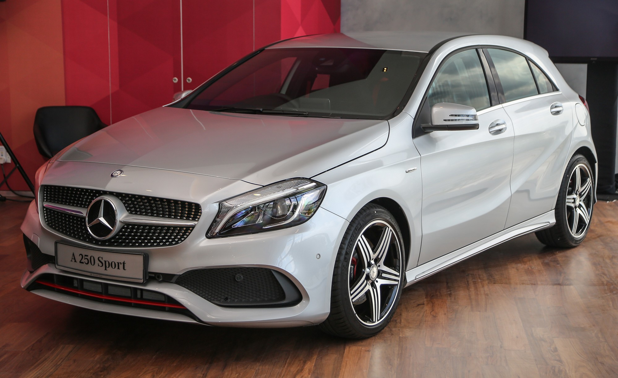 mercedes benz a class facelift debuts a180 urban line. Black Bedroom Furniture Sets. Home Design Ideas