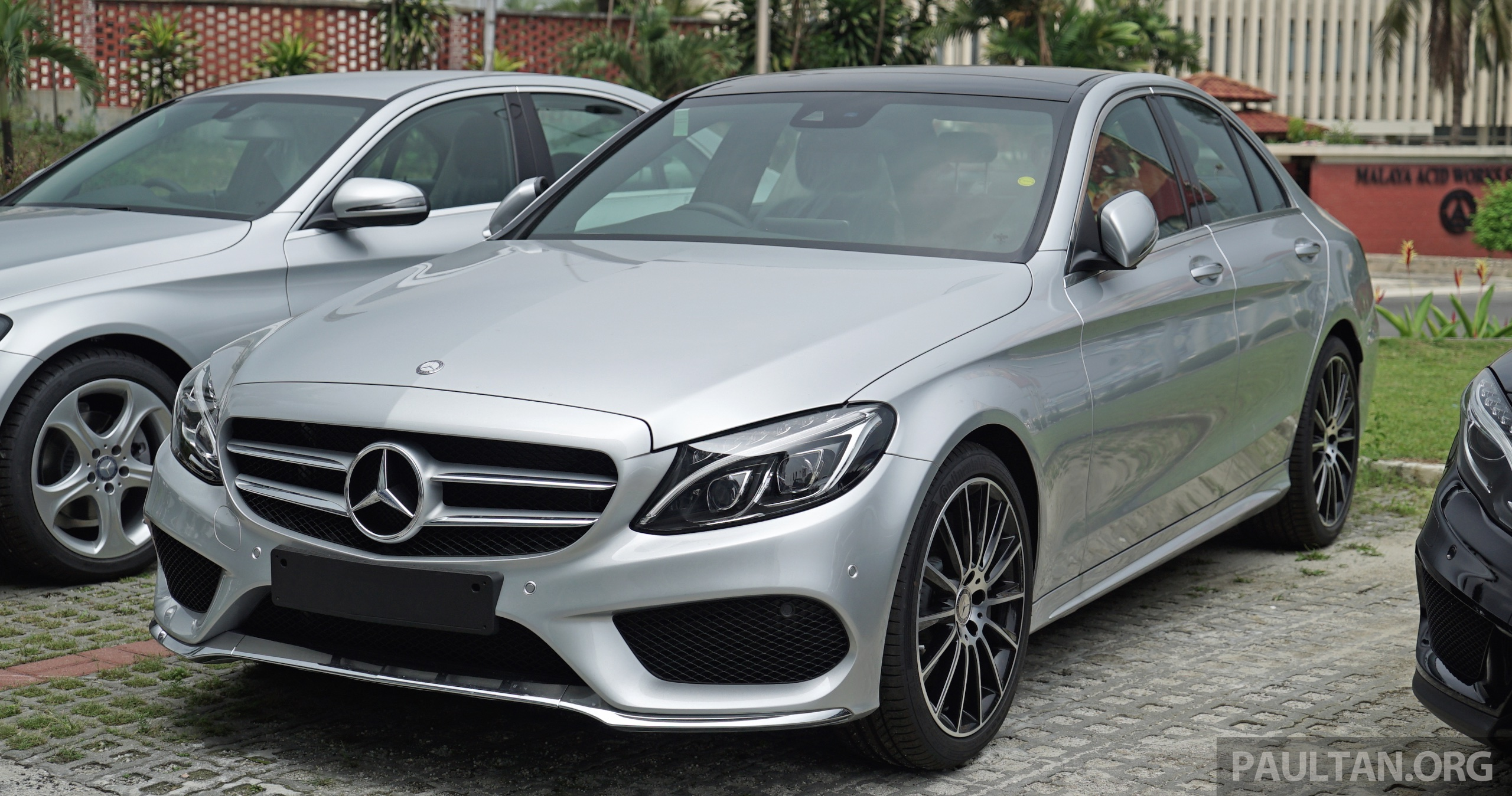 Gallery w205 mercedes benz c180 avantgarde and c300 amg for Showroom mercedes benz