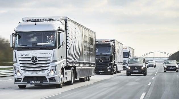 Mercedes-Benz Actros Lkw nutzen das System Highway Pilot Connect zur vernetzten Fahrt im Verbund (Truck Platoon)