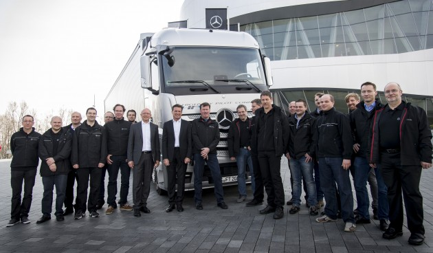 Dr. Wolfgang Bernhard, im Vorstand der Daimler AG verantwortlich für Daimler Trucks und Daimler Buses, und Sven Ennerst, Leiter Truck Engineering & Global Procurement Daimler Trucks, verabschieden die Fahrer des ersten vernetzten Mercedes-Benz Actros Lkw-Verbunds vor ihrer Fahrt nach Rotterdam.