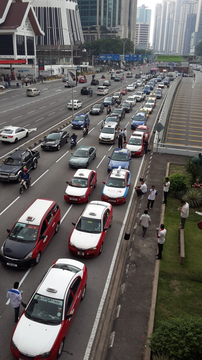 Taxi drivers gather for another protest in KL, again Image #474377