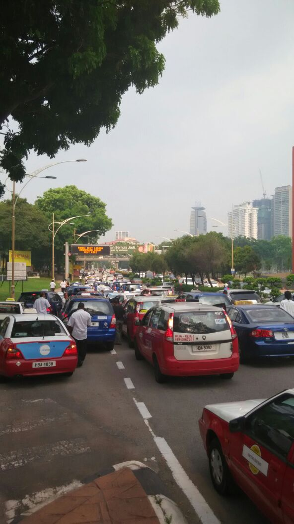 Taxi drivers gather for another protest in KL, again Image #474353