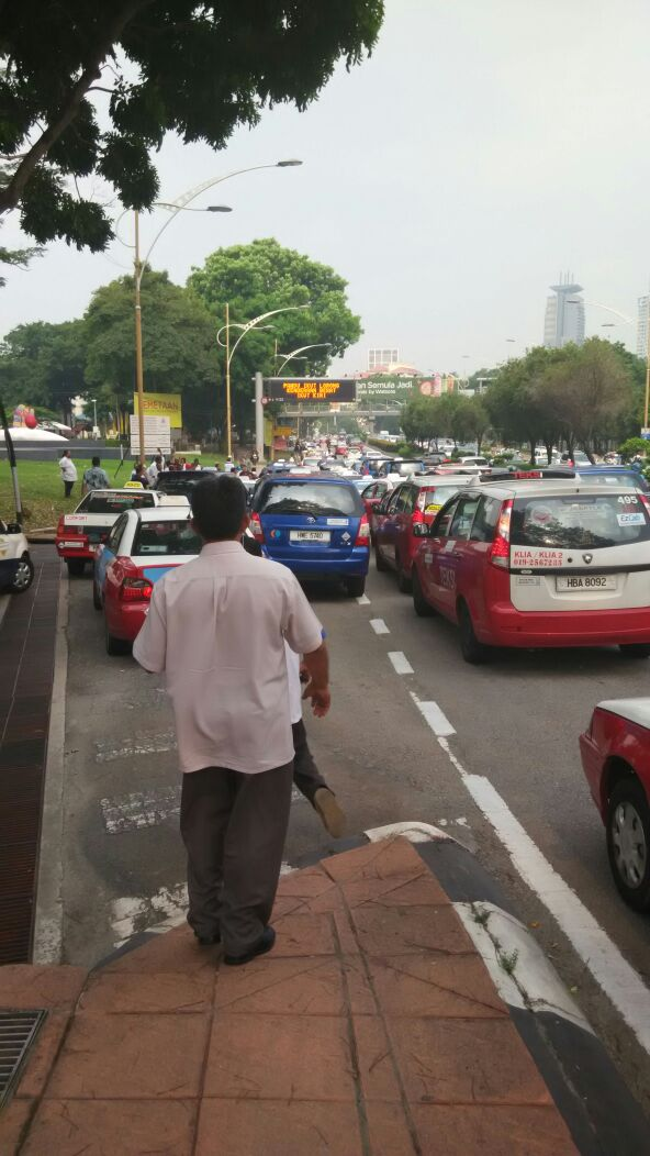 Taxi drivers gather for another protest in KL, again Image #474356