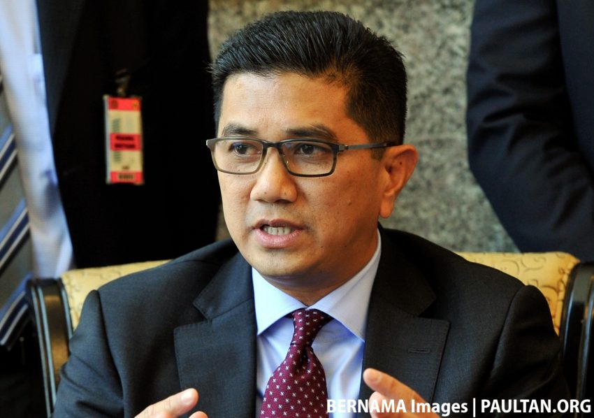 Road users can soon report potholes in Selangor directly to municipal councils using Waze – Azmin Ali Image #482179