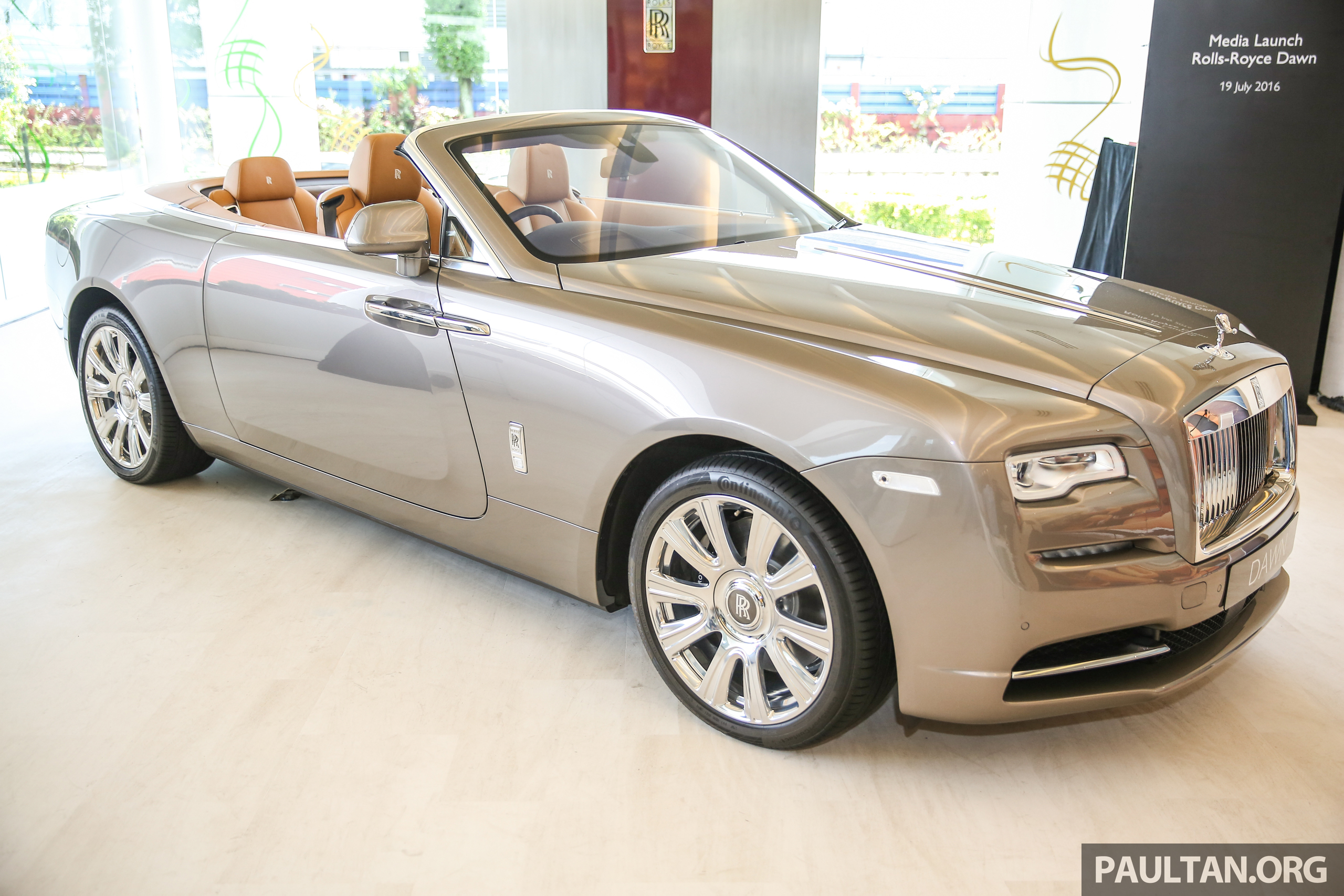 rolls royce dawn drophead premieres in malaysia. Black Bedroom Furniture Sets. Home Design Ideas