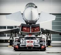 AUDI  R18  gegen Eurofighter Typhoon, bei Airbus Manching, Pilot Geri Krähenbühl, Rennfahrer Andre Lotterer
