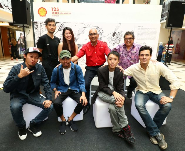 Image 1 - Datuk Azman Ismail, Managing Director, Shell Malaysia Trading Sdn. Bhd. and Shell Timur Sdn. Bhd. with the artists for the Celebrating 125 Years art project
