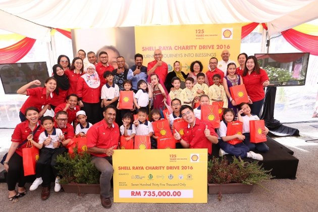 The Shell family with children of Persatuan Dyslexia Malaysia at the cheque presentation event