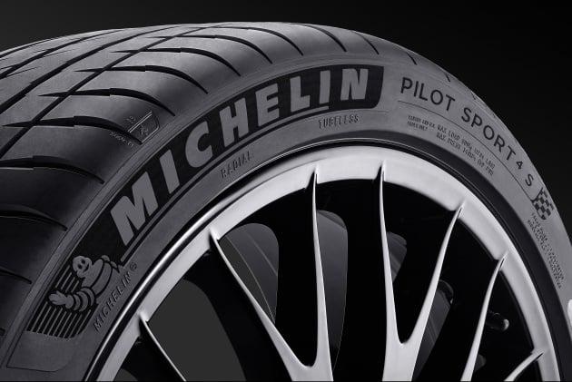 michelin-pilot-sport-4-s-zoom-vue-45-fond-noir