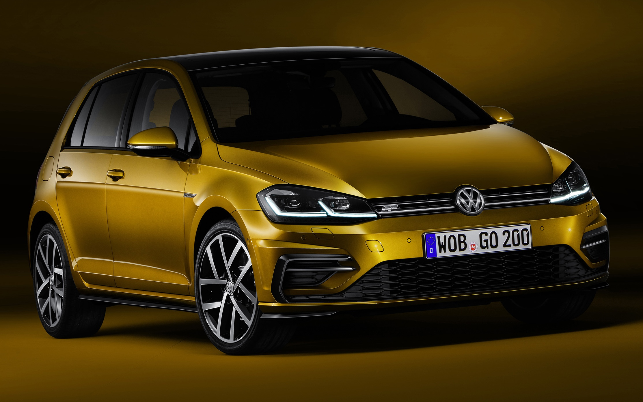 volkswagen golf facelift unveiled mk7 gets revamped. Black Bedroom Furniture Sets. Home Design Ideas
