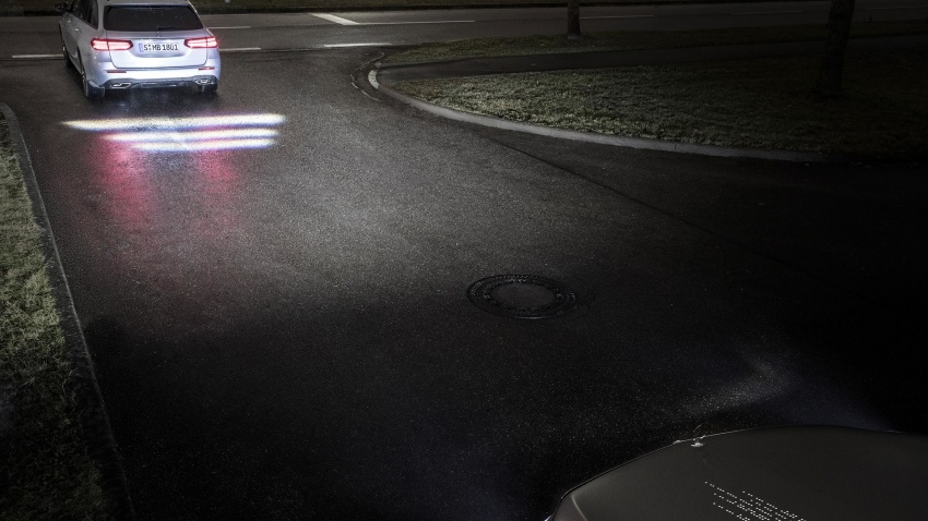 Mercedes-Benz Digital Light can project signs on road Image #588088