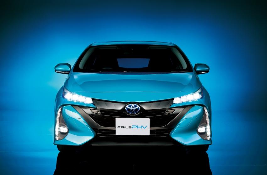 Toyota Prius PHV debuts in Japan – 68.2 km EV range Image #616973